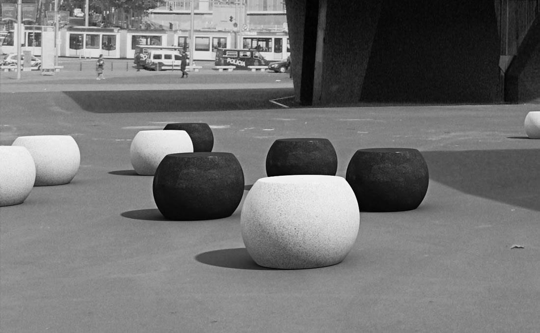 Apollo asiento individual de hormigón blanco y negro en parque