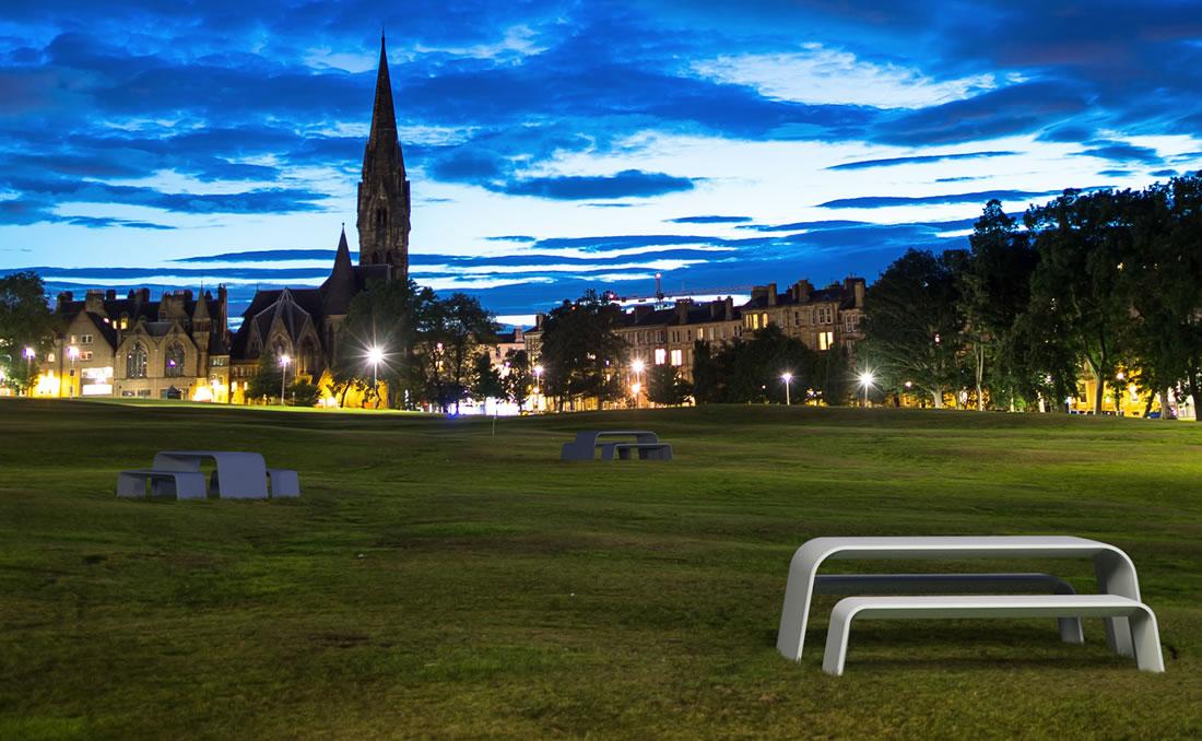Aurora mesa en UHPC hormigón. Vistas del parque urbano