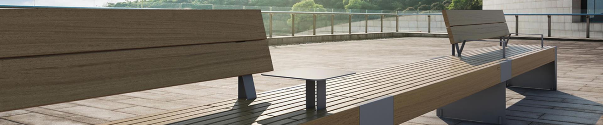 Moderno banco metálico y de madera de alta calidad.