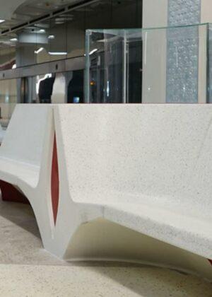 Banco urbano en hormigón para inerior metro Doha.