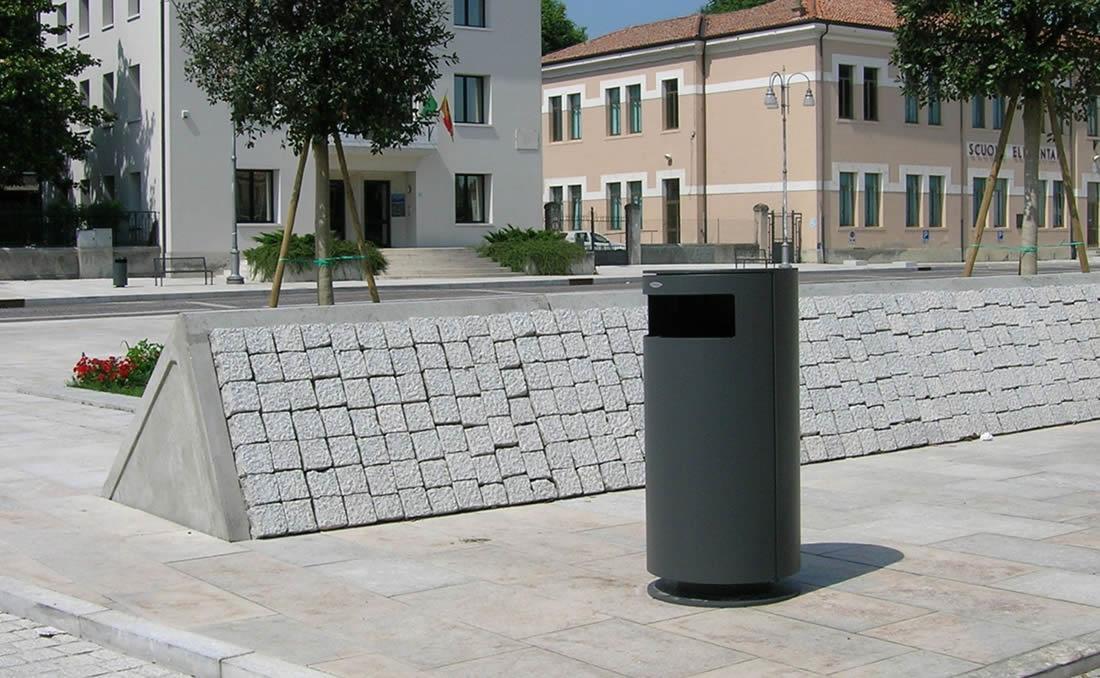 Papelera circualr metálica Cima de diseño moderno y actual, instalada en parque