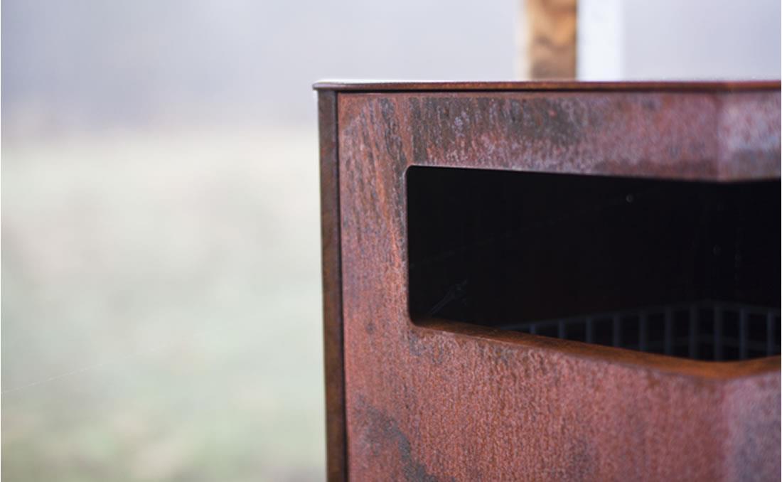 Detalle boca de la papelera metálica de acero Collio corten