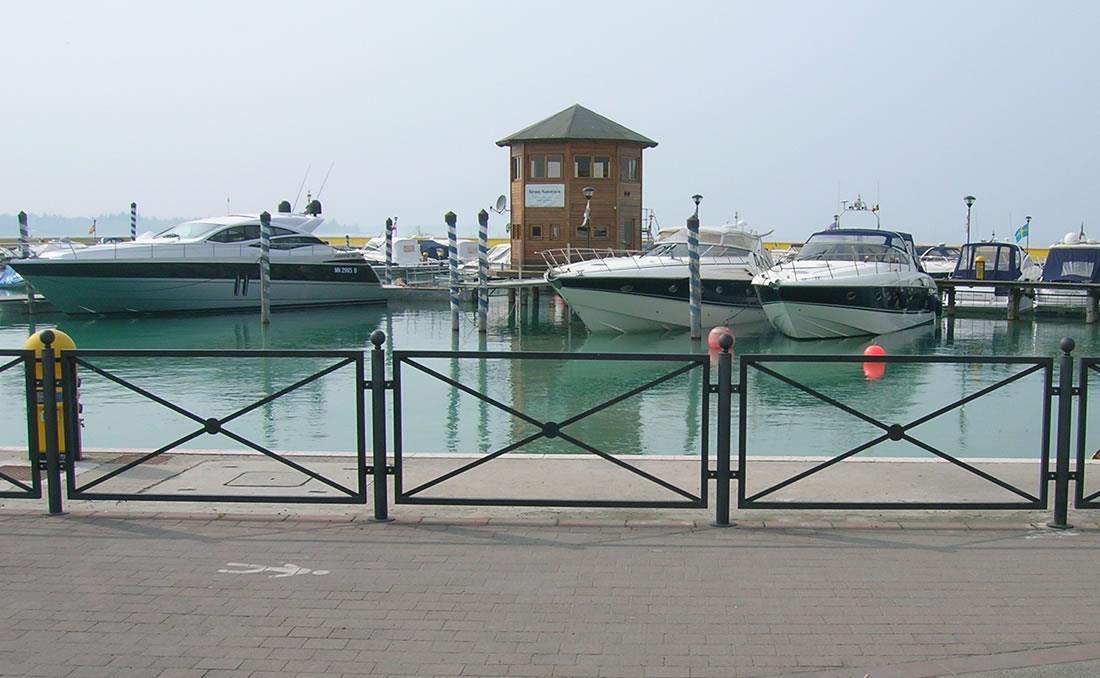 Epoca es una valla o barandilla urbana de diseño clásico en color gris