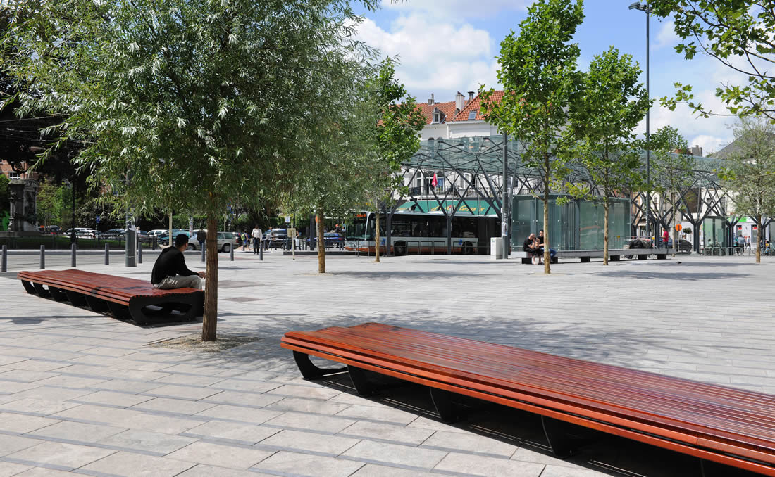 Banca sin respaldo en listones de madera en plaza