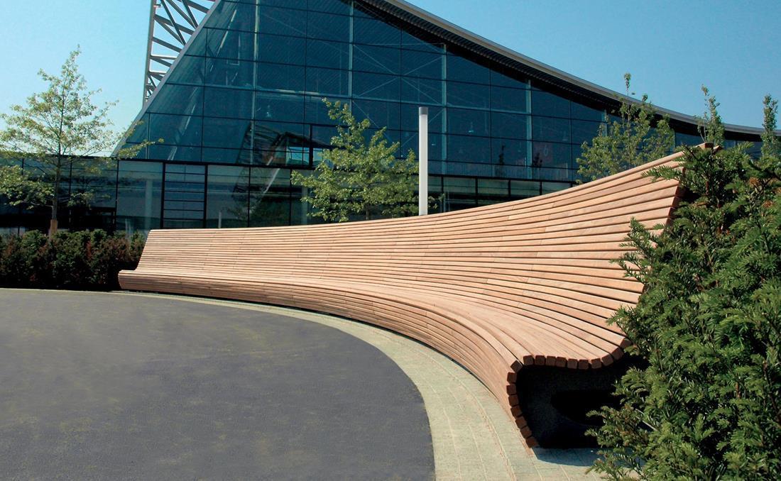 Banco Flow curvo exterior de madera
