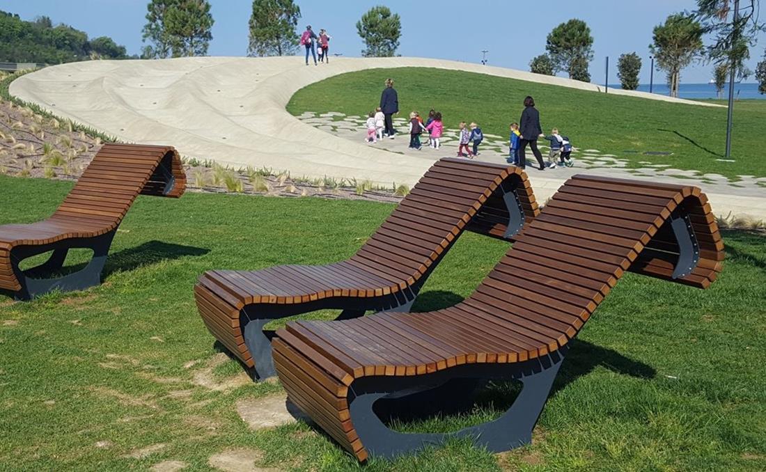 Chaise longue tumbona Flow curvo exterior de madera