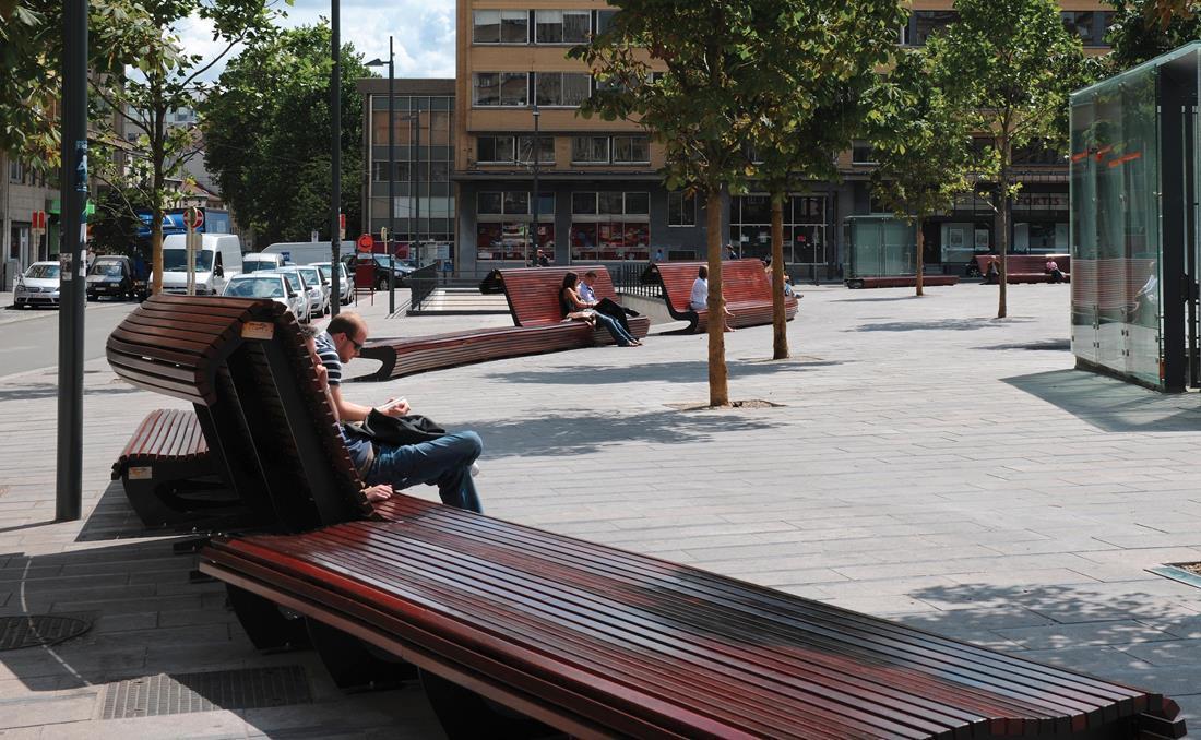 Banco Flow con respaldo exterior de madera y metal