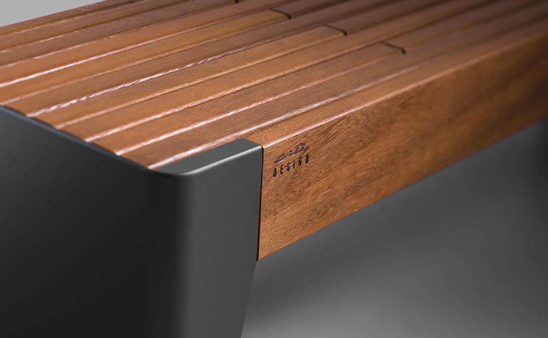 Detalle banco urbano metálico de acero y madera