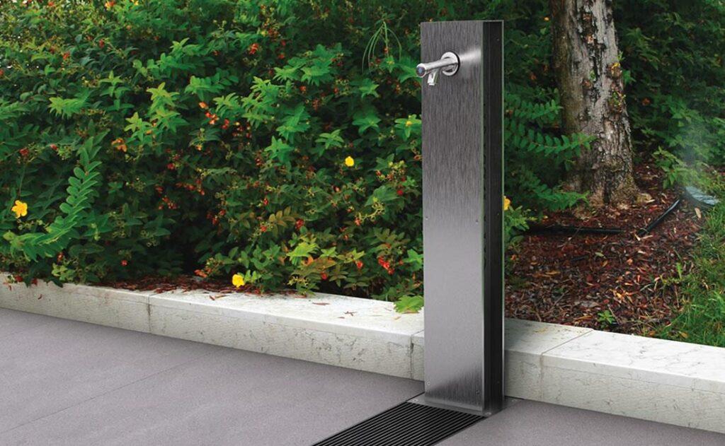 Fuente urbana de agua moderna