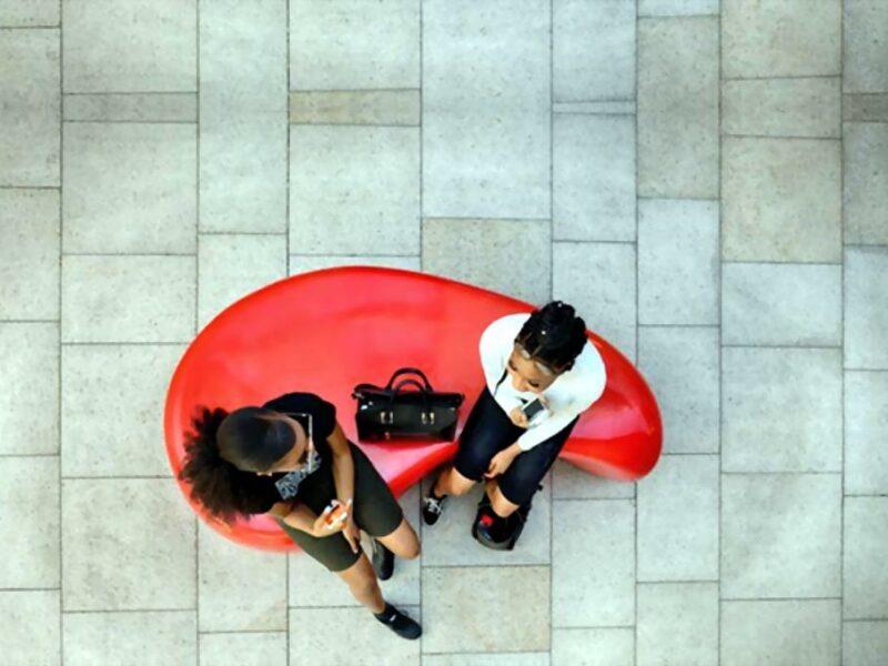 Funny banco de hormigón prefabricado diseño orgánico en centro comercial