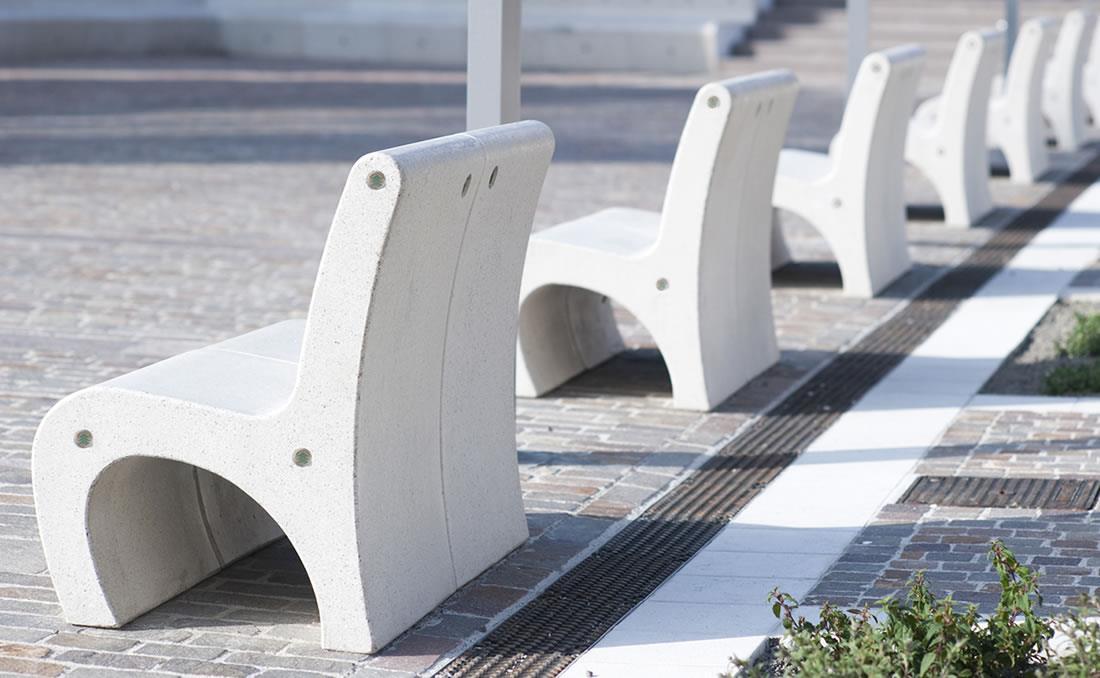 Banco asiento de hormigón Gea en parque urbano