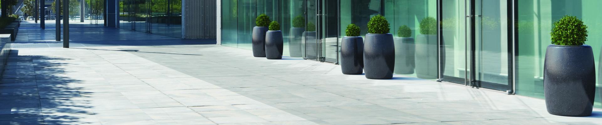 Jardineras cilíndricas de piedra de calidad.