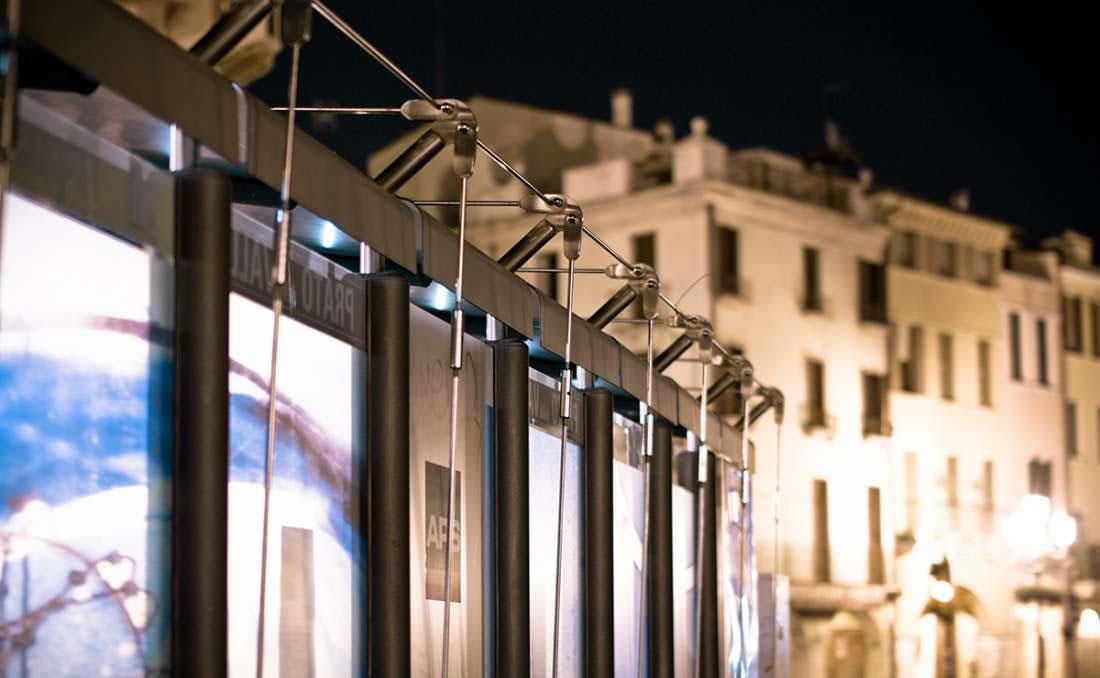 Marquesina bus Ycaro acero y cristal detalle tirantes de acero