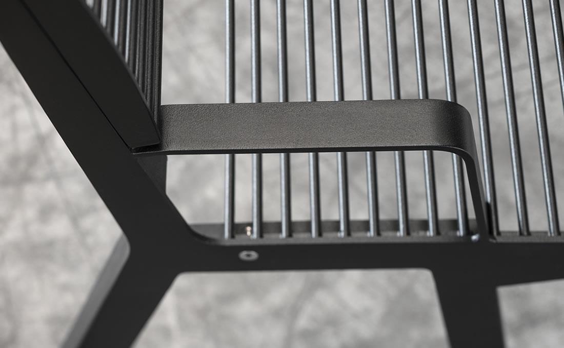 Detalle banco con reposabrazos metálico exterior de acero color negro