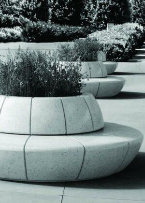 Jardinera banco Olimpo en hormigón blanco con respaldo