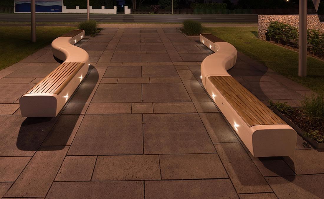 Banco Onda con asiento en madera e iluminados