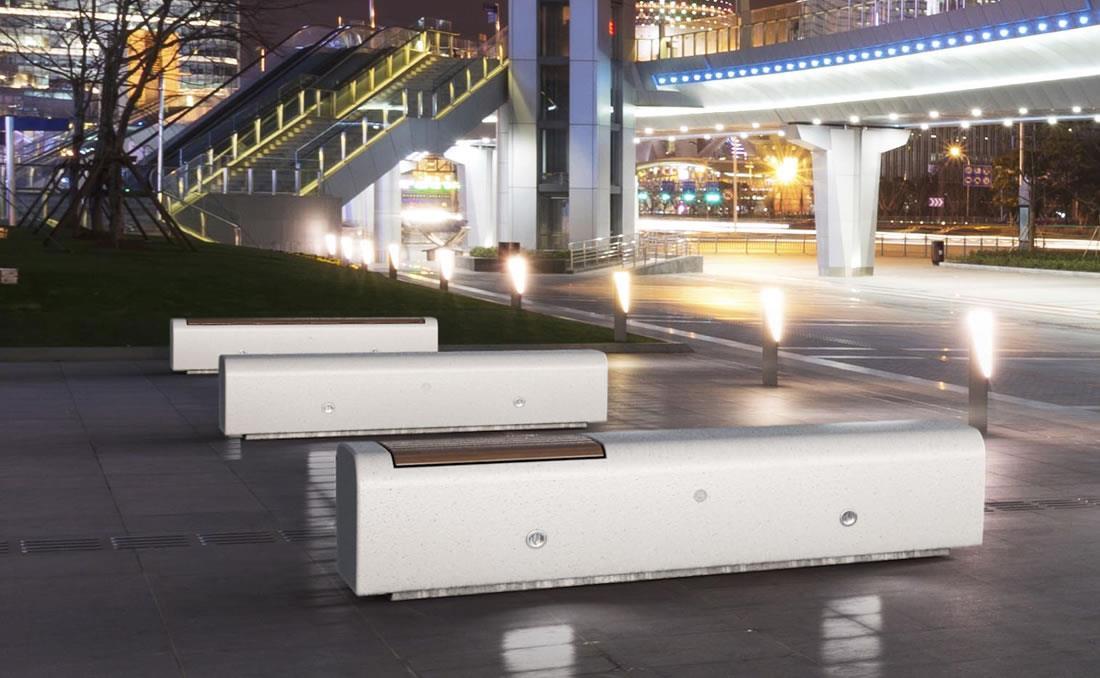 Banco Onda con asiento en madera en parque urbano