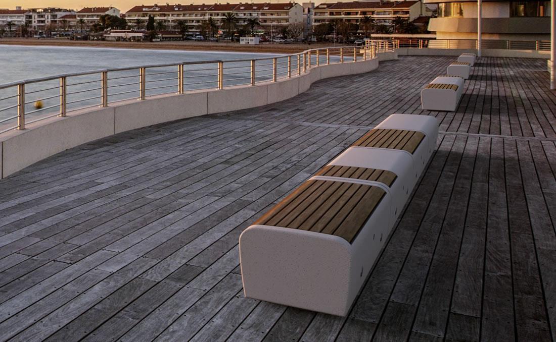 Banco Onda con asiento en madera frente al mar