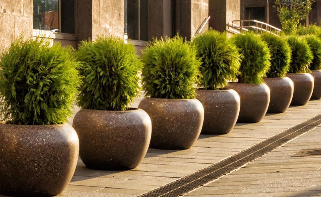 Colección de jardineras urbanas de hormigón Planets marrón