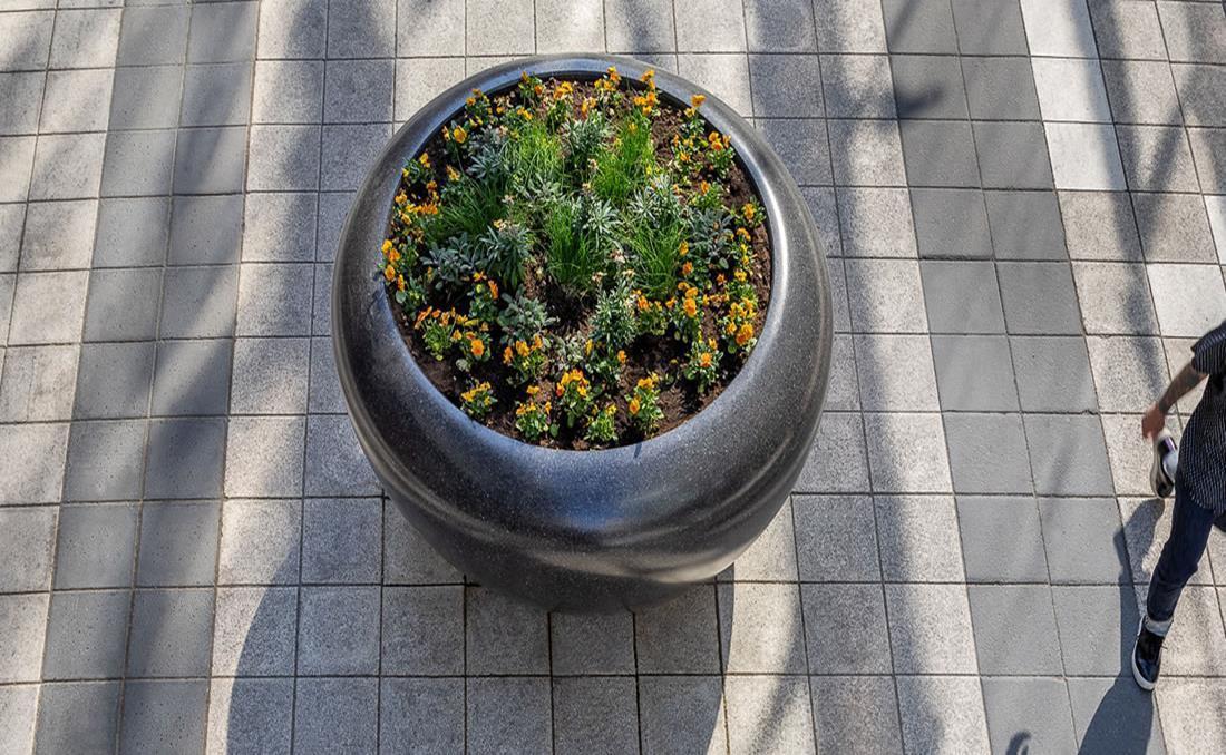 Colección de jardineras urbanas de hormigón Planets negra