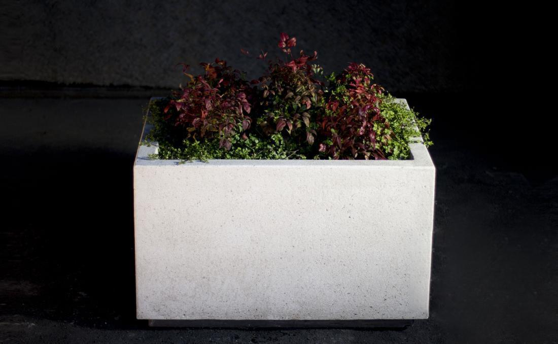 Jardinera rectangular de hormigón Short blanca.